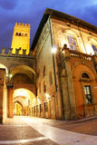 Palazzo Del Podesta nachts (Bologna, Italien) stockfoto