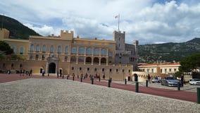Palazzo del ` s di principe del Monaco il giorno di molla 2018 Turisti e un ufficiale di polizia stock footage