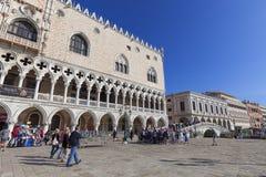 Palazzo del ` s del doge sulla piazza San Marco, boulevard con il turista, Venezia, Italia Fotografia Stock Libera da Diritti