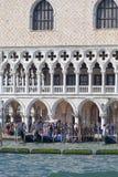 Palazzo del ` s del doge sulla piazza San Marco, boulevard con il turista, Venezia, Italia Immagine Stock