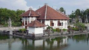 Palazzo dell'acqua di Taman Ujung, che è situato vicino all'oceano ed è decorato dal bello giardino tropicale, Bali, Indonesia archivi video
