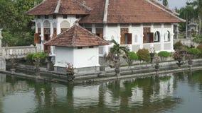Palazzo dell'acqua di Taman Ujung, che è situato vicino all'oceano ed è decorato dal bello giardino tropicale, Bali, Indonesia video d archivio