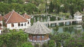 Palazzo dell'acqua di Taman Ujung, che è situato vicino all'oceano ed è decorato dal bello giardino tropicale, Bali, Indonesia stock footage