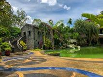 Palazzo della casa con mattoni a vista con la piscina fotografie stock