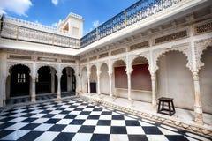 Palazzo della città di Udaipur con il pavimento di scacchi Fotografia Stock