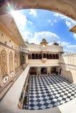 Palazzo della città di Udaipur con il pavimento di scacchi Immagini Stock