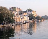 Palazzo della città di Udaipur dal lago Pichola immagini stock libere da diritti