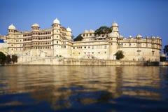 Palazzo della città di Udaipur sul lago India fotografia stock