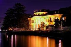 Palazzo della riva del lago alla notte Fotografie Stock