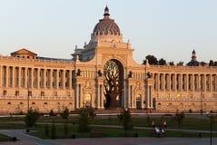 Palazzo di agricoltura con un albero bronzeo nel tramonto a Kazan Fotografia Stock Libera da Diritti