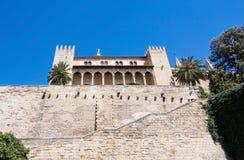 Palazzo di Almudaina e parete di pietra Fotografie Stock Libere da Diritti