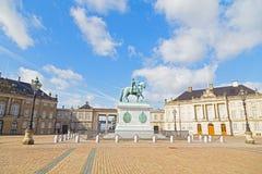 Palazzo di Amalienborg con un quadrato ottagonale del cortile e statua a Copenhaghen, Danimarca fotografie stock libere da diritti