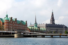 Palazzo di Christiansborg e borsa valori a Copenhaghen Fotografia Stock Libera da Diritti