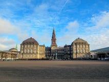 Palazzo di Christiansborg e costruzione di governo sull'isolotto di Slotsholmen a Copenhaghen centrale, Danimarca fotografia stock libera da diritti