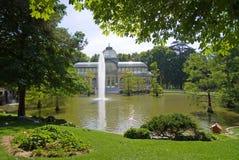 Palazzo di Cristal e della fontana fotografia stock libera da diritti