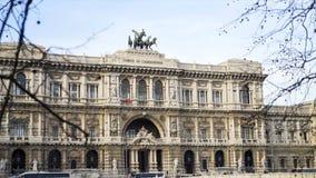 Palazzo di giustizia contro il cielo luminoso a Roma azione Facciata di bella costruzione storica in Italia di estate fotografia stock