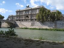 Palazzo di giustizia nella vista di Roma dal lato del fiume fotografia stock