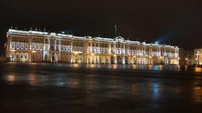 Palazzo di inverno entro la notte Fotografie Stock