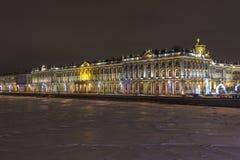 Palazzo di inverno a St Petersburg, Russia alla notte fotografia stock