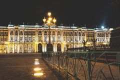 Palazzo di inverno & x28; Hermitage& x29; Città di San Pietroburgo di notte Fotografia Stock Libera da Diritti