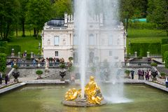 Palazzo di Linderhof Flora e puttos del gruppo della fontana sulla priorità alta Immagini Stock