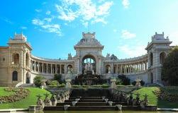 Palazzo di Longchamp a Marsiglia sotto cielo blu fotografia stock libera da diritti