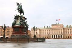 Palazzo di Mariinskiy e statua equestre Fotografia Stock Libera da Diritti