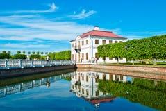Palazzo di Marli nel parco di Peterhof fotografia stock