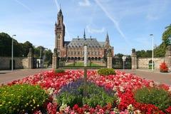 Palazzo di pace con i fiori immagini stock