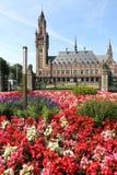 Palazzo di pace con i fiori fotografie stock