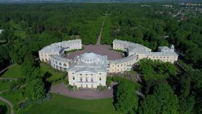 Palazzo di Pavlovsk, antenna di giorno soleggiato Periferia di San Pietroburgo, Russia video d archivio