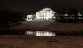 Palazzo di Pavlovsky alla notte di inverno immagini stock