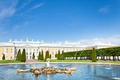 Palazzo di Peterhof e lo stagno con la fontana della quercia Fotografie Stock Libere da Diritti