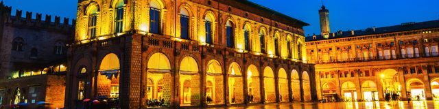 Palazzo di re Enzo al quadrato principale di Bologna, Italia Punto di riferimento famoso al tramonto alla notte fotografia stock libera da diritti