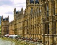 Palazzo di Westminster che trascura Tamigi Fotografie Stock Libere da Diritti