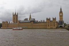 Palazzo di Westminster sul Tamigi Fotografia Stock