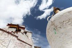 Palazzo di Yumbulakhang e pagoda bianca fotografia stock
