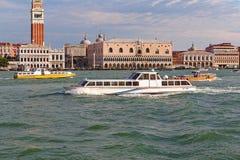 Palazzo Ducale och motoriska fartyg med passagerare i Venedig, Italien Arkivbild