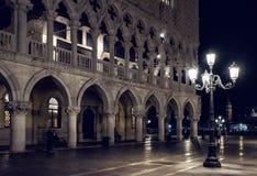 Palazzo Ducale sulla piazza San Marco alla notte a Venezia, Italia Fotografie Stock Libere da Diritti
