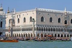 Palazzo-ducale in Venedig in Italien mit Mengen von Touristen 1 stockbild