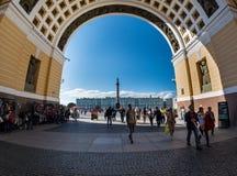 Palazzo e Alexander Column di inverno attraverso l'arco della S generale immagine stock libera da diritti