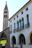 Palazzo e campanile in Oderzo nella provincia di Treviso nel Veneto (Italia) fotografie stock