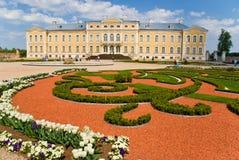 Palazzo e giardino Immagine Stock