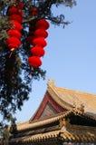 Palazzo e lanterna rossa Fotografia Stock Libera da Diritti
