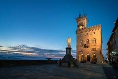 Palazzo e statua di libertà pubblici nel San Marino L'Italia immagine stock libera da diritti