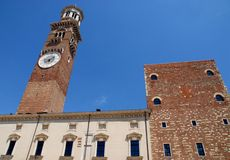 Palazzo e torre si stagliano nel cielo azzurro Royalty Free Stock Image
