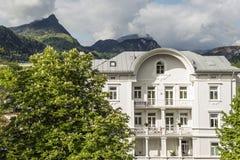Palazzo ed alpi in sole Immagini Stock Libere da Diritti