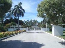 Palazzo grande Caymen dei governatori Immagini Stock Libere da Diritti