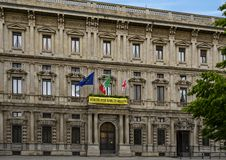 Palazzo Marino, Δημαρχείο του Μιλάνου Ιταλία, με το έμβλημα της Διεθνούς Αμνηστίας για την αλήθεια για το Giulio Regeni Campaign στοκ εικόνες με δικαίωμα ελεύθερης χρήσης