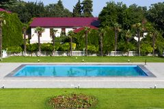 Palazzo Mediterraneo con una piscina Fotografie Stock